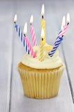 Kleiner Kuchen mit Kerzen Stockfotografie