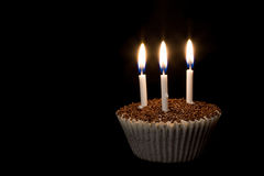 Kleiner Kuchen mit Kerzen stockfotos
