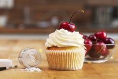 Kleiner Kuchen mit Kirschen und Zuckerglasurfunkeln Lizenzfreies Stockfoto