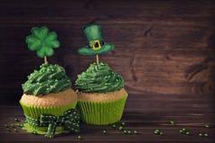 Kleiner Kuchen mit Klee cakepick Lizenzfreies Stockfoto