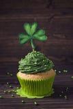 Kleiner Kuchen mit Klee cakepick Stockfoto