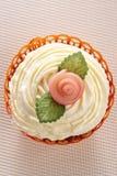 Kleiner Kuchen mit Marzipanrose und -blättern lizenzfreie stockbilder