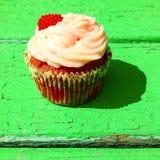 Kleiner Kuchen mit Milchcreme und -himbeere Stockfoto