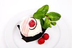 Kleiner Kuchen mit rasberry und tadellosem Lizenzfreie Stockfotos