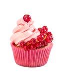 Kleiner Kuchen mit rosa Creme und roter Johannisbeere Stockfotografie