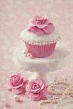 Kleiner Kuchen mit rosafarbener Blume Stockfotos