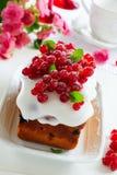Kleiner Kuchen mit roter Johannisbeere Lizenzfreie Stockfotos