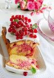 Kleiner Kuchen mit roter Johannisbeere Stockfotografie