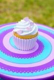 Kleiner Kuchen mit Sahne Stockbilder