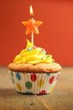 Kleiner Kuchen mit Sternkerze Stockfoto