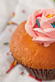 Kleiner Kuchen mit Strudeln von sahnigem Lizenzfreies Stockbild