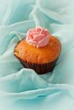 Kleiner Kuchen mit Strudeln von sahnigem Stockfoto