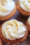 Kleiner Kuchen mit Vanillebuttercremezuckerglasur Stockfotos