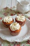 Kleiner Kuchen mit Vanillecreme Stockfotos