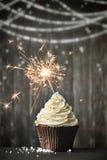 Kleiner Kuchen mit Wunderkerze Lizenzfreie Stockbilder