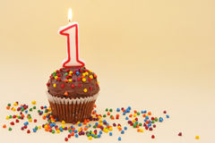 Kleiner Kuchen mit Zahl eine Kerze Lizenzfreies Stockbild