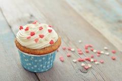 Kleiner Kuchen mit Zuckerglasur Stockbilder