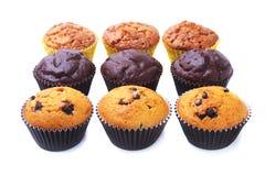 Kleiner Kuchen, Muffin mit Rosinen und Schokolade lokalisiert auf weißem Hintergrund Köstliche selbst gemachte Muffins Beschneidu stockfoto