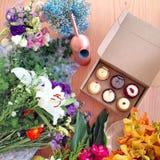 Kleiner Kuchen und Blumen Stockbild