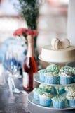 kleiner Kuchen und Kuchen und Makrone Stockfotos
