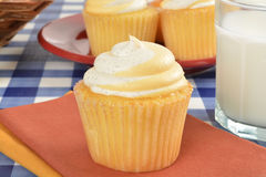 Kleiner Kuchen und Milch Lizenzfreies Stockbild