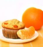 Kleiner Kuchen und Orange lizenzfreies stockfoto
