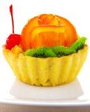 Kleiner Kuchen verziert mit Frucht Stockbilder