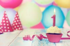 Kleiner Kuchen verziert mit Geburtstagskerze Lizenzfreies Stockfoto