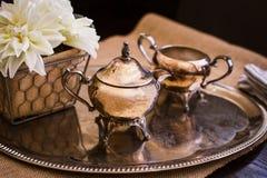 Kleiner kupferner Tee-Topf auf silberner Servierplatte Stockfoto