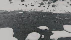 Kleiner Kyn-Fluss im Eis stock video