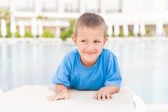 Kleiner lächelnder Kinderjunge Stockbilder