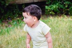 Kleiner lateinischer Junge, der draußen schreit lizenzfreies stockfoto