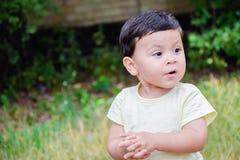 Kleiner lateinischer Junge, der schlechte Stimmung hat Stockfotos