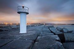 Kleiner Leuchtturm auf Landspitze nachts Lizenzfreies Stockbild