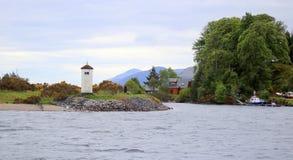 Kleiner Leuchtturm auf schottischem Kanal stockfotos