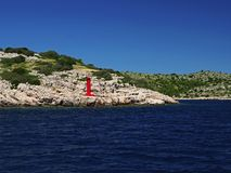 Kleiner Leuchtturm an der adriatischen Küste Stockfotografie