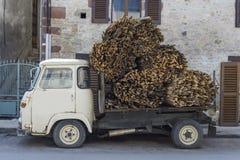 Kleiner LKW, der Holz transportiert Stockfotos
