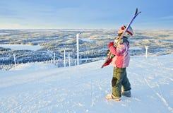 Kleiner MädchenSkifahrer auf dem Hügel Stockbilder