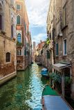 Kleiner, malerischer Kanal in Venedig, Italien stockbilder