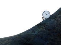 Kleiner Mann, der eine Uhr herauf Hügel drückt Lizenzfreies Stockfoto