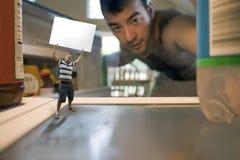 Kleiner Mann innerhalb des Kühlraums Lizenzfreies Stockbild