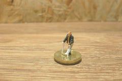 kleiner Mann mit der Krücke lokalisiert auf Münzen Lizenzfreies Stockbild