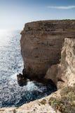 Kleiner Mann riesige Klippen - Migra-l-Ferha, Malta, Europa Lizenzfreie Stockbilder