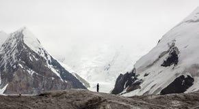 Kleiner Mann zwischen Bergen Stockbilder