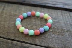 Kleiner mehrfarbiger perlenbesetzter Armband-Schmuck Lizenzfreies Stockfoto