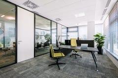 Kleiner moderner Bürositzungssaal- und Konferenzzimmerinnenraum mit Schreibtischen, Stühle stockbild