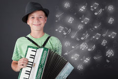 Kleiner Musiker mit dem Hut, der das Akkordeon spielt stockbild