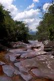 Kleiner Nebenfluss über roten Steinen stockbilder