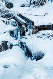 Kleiner Nebenfluss bedeckte mit frischem Schnee und Eis am schönen sonnigen Wintertag lizenzfreies stockbild