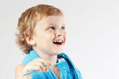 Kleiner netter blonder Junge, der seine Zähne putzt Stockfoto